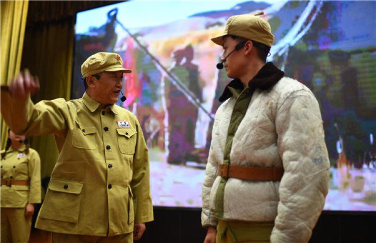 """白继红(前左)在青海西宁举行的""""青藏公路之父慕生忠开路精神""""党课上扮演慕生忠(3月20日摄)。 新华社记者 张宏祥 摄"""