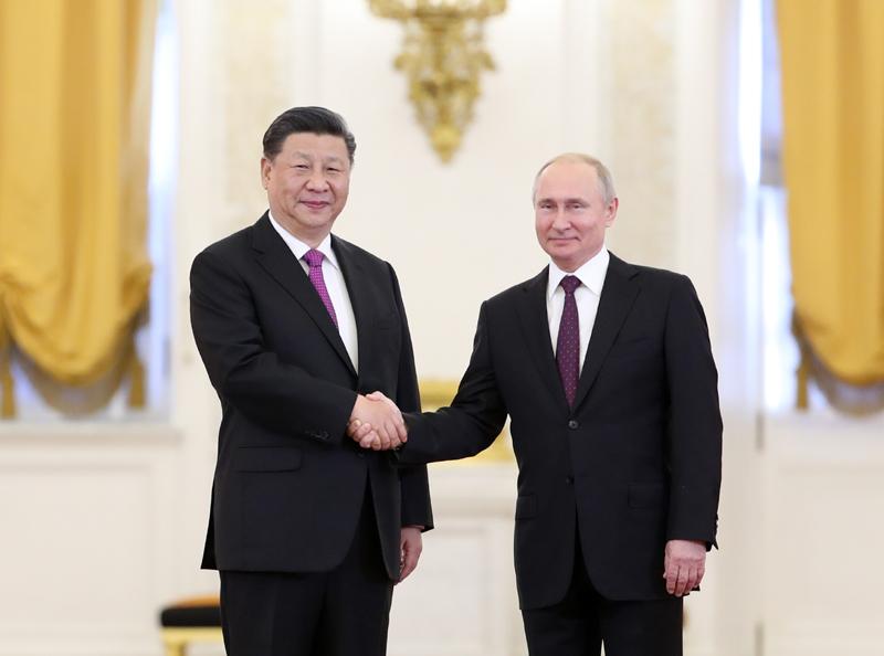 6月5日,国家主席习近平在莫斯科克里姆林宫同俄罗斯总统普京会谈。这是会谈前,两国元首紧紧握手,合影留念。新华社记者 丁海涛 摄