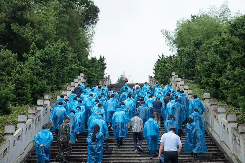 学员沿着毛主席纪念园的151级台阶拾阶而上