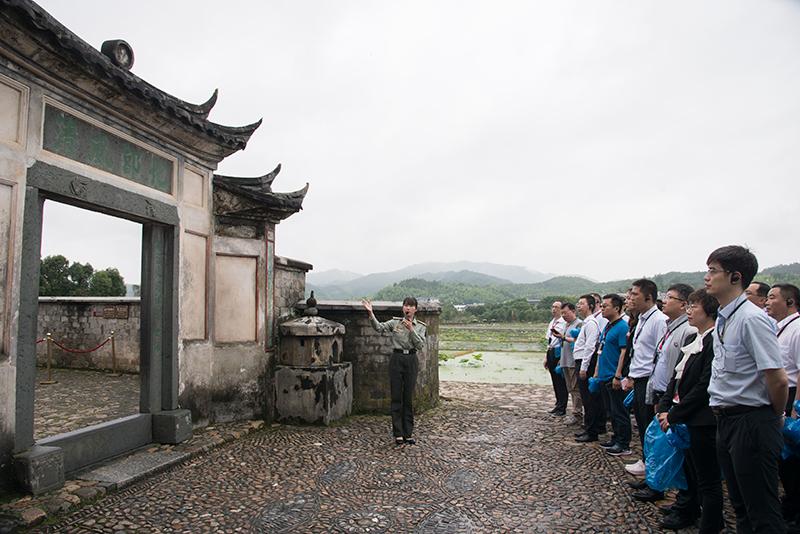 讲解员向学员介绍古田会议会址的起源