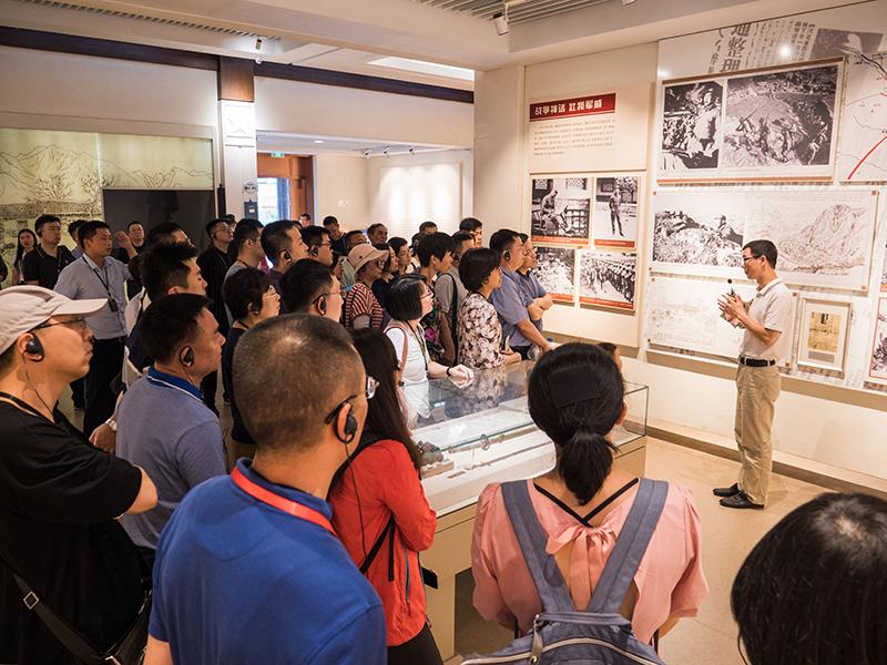 学员在杨成武将军纪念馆里认真听讲解