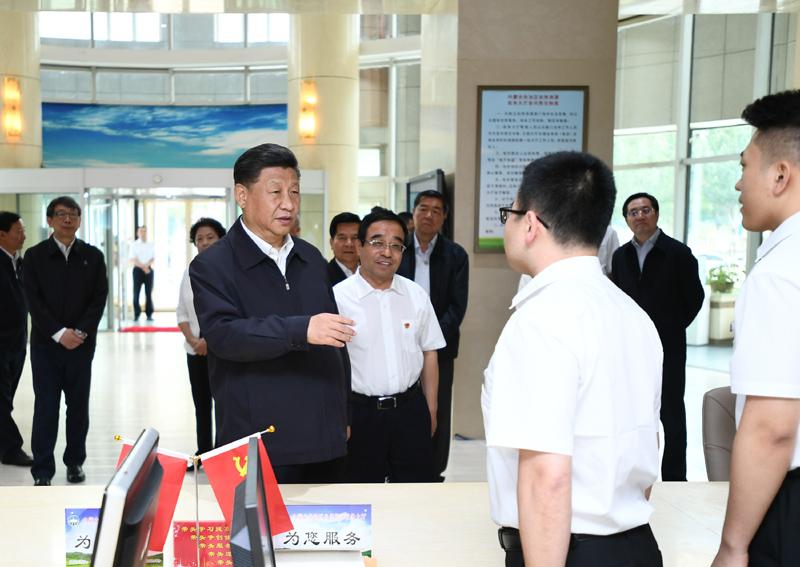 """7月15日至16日,中共中央總書記、國家主席、中央軍委主席習近平在內蒙古考察并指導開展""""不忘初心、牢記使命""""主題教育。這是16日上午,習近平在內蒙古自治區自然資源廳自然資源政務大廳同工作人員交談,了解開展主題教育和落實便捷高效政務服務等情況。"""