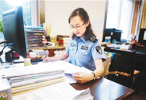 马青在研究业务资料。王锦华摄