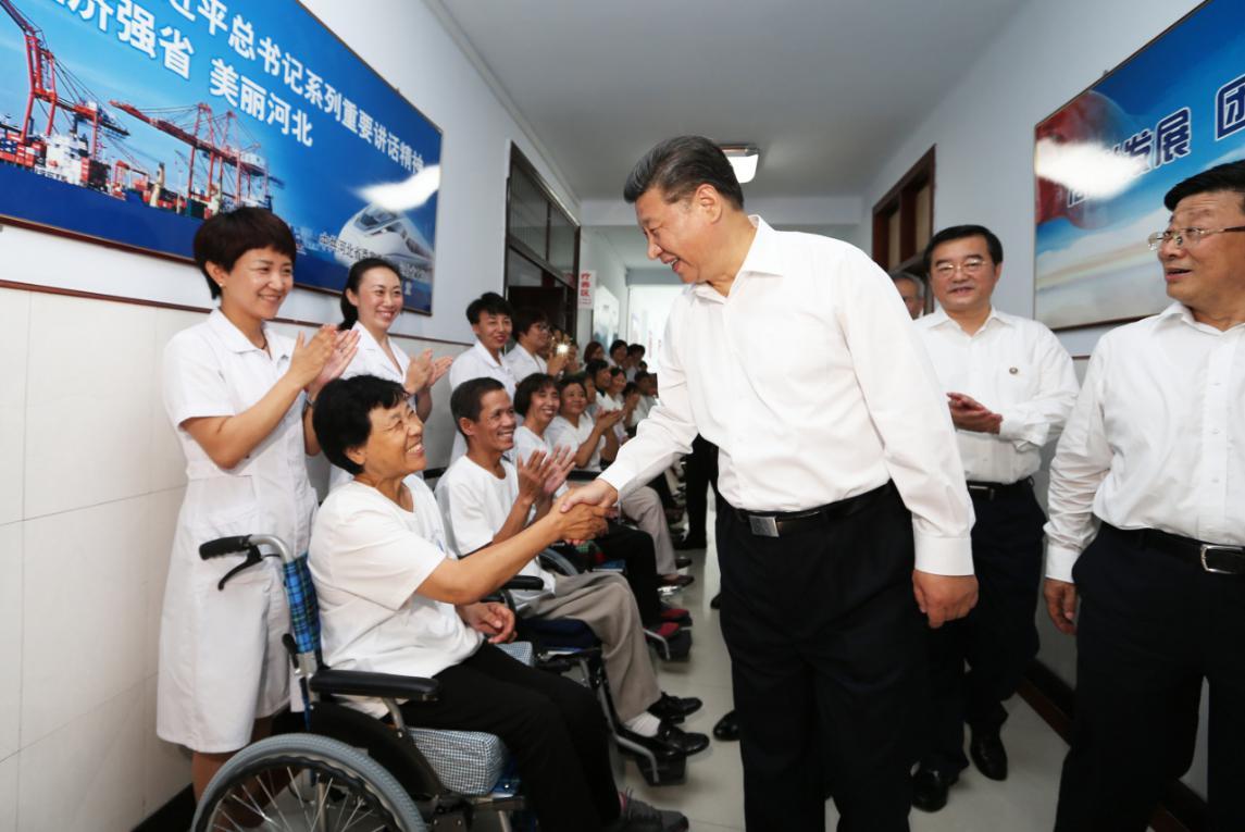 2016年7月28日,习近平到河北唐山市调研考察。这是习近平在唐山市截瘫疗养院看望慰问截瘫伤员。