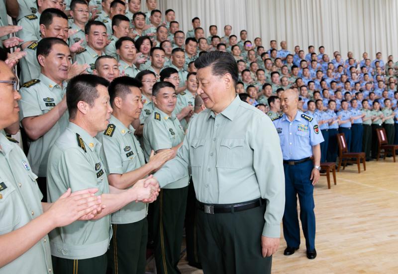 8月22日,中共中央总书记、国家主席、中央军委主席习近平到空军某基地视察。这是习近平亲切接见驻甘肃部队副师职以上领导干部和团级单位主官。