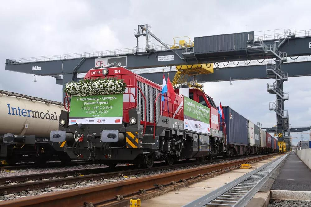 这是2019年4月4日,首趟卢森堡至成都中欧班列在卢森堡迪德朗日铁路场站准备出发。新华社记者 郑焕松 摄