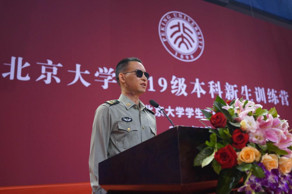 """杜富国在北京大学体育馆举行的""""排雷英雄战士""""杜富国先进事迹报告会上作报告(9月3日摄)。 新华社记者 张永进 摄"""