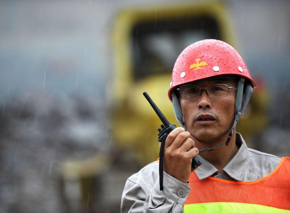 郭明义在工作中(2010年8月29日摄)。新华社记者 任勇 摄