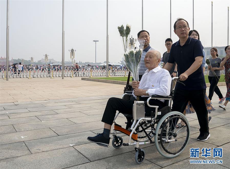 张富清参观天安门广场(7月27日摄)。 新华社记者 熊琦 摄