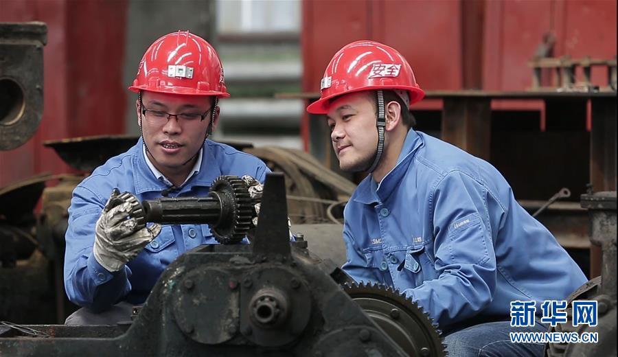 全国人大代表、山西焦煤西山煤电杜儿坪煤矿的董林(左)为职工讲解设备构造和传动原理(2018年4月25日摄)。新华社发
