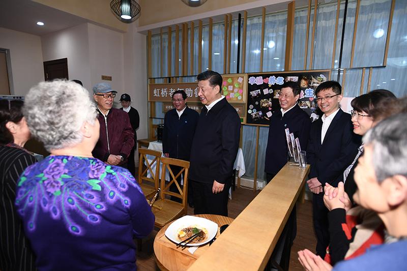 11月2日至3日,中共中央总书记、国家主席、中央军委主席习近平在上海考察。这是2日下午,习近平在长宁区虹桥街道古北市民中心老年助餐点,同正在用餐的居民热情交谈。新华社记者 谢环驰 摄