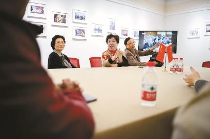 古北社区的居民集体观看新闻联播,热烈讨论,重温与总书记见面的宝贵瞬间。 本报见习记者 董天晔 摄