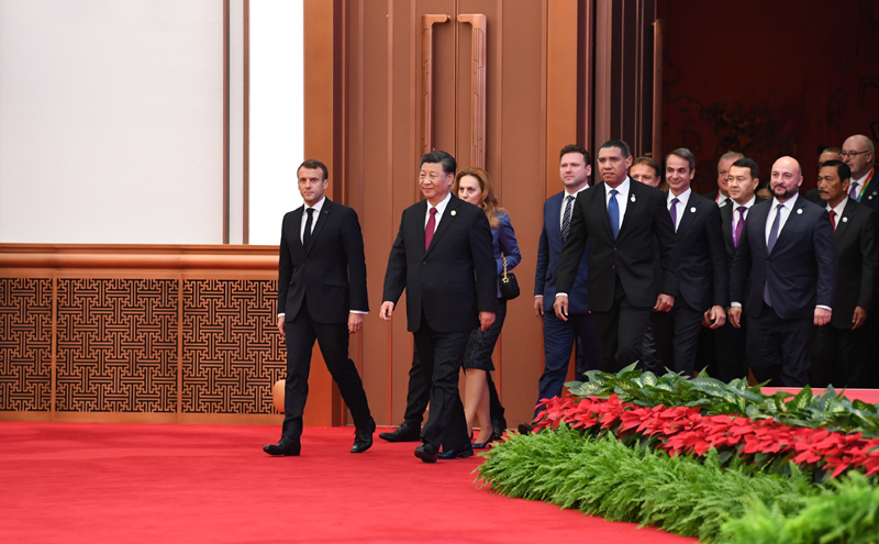 11月5日,第二届中国国际进口博览会在上海国家会展中心开幕。国家主席习近平出席开幕式并发表题为《开放合作 命运与共》的主旨演讲。这是习近平同外方领导人一同步入会场。
