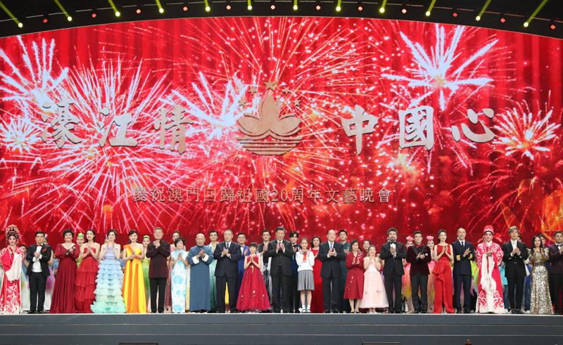 12月19日,庆祝澳门回归祖国20周年文艺晚会在澳门东亚运动会体育馆举行。中共中央总书记、国家主席、中央军委主席习近平观看演出。晚会最后,习近平走上舞台同全场观众一起高唱《歌唱祖国》。 新华社记者 黄敬文 摄
