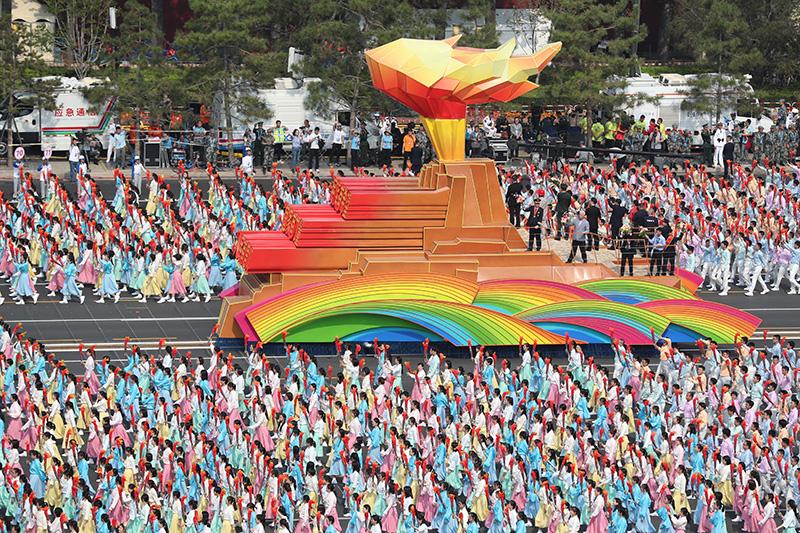 """2019年10月1日上午,庆祝中华人民共和国成立70周年大会在北京天安门广场隆重举行。这是群众游行中的""""凝心铸魂""""方阵。新华社记者 金立旺 摄"""