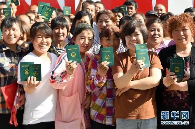 培训合格的农民在陕西省三原县陵前镇领到新型职业农民证书(2019年5月21日摄)。近年来,三原县开展形式多样的新型职业农民技能培训工作,目前已有1173人获得证书,创办专业合作社和家庭农场128个。新华社记者 刘潇 摄