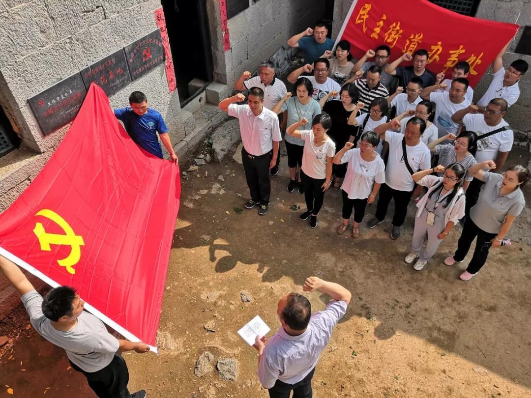 来十二会村参观的党员干部重温入党誓词。