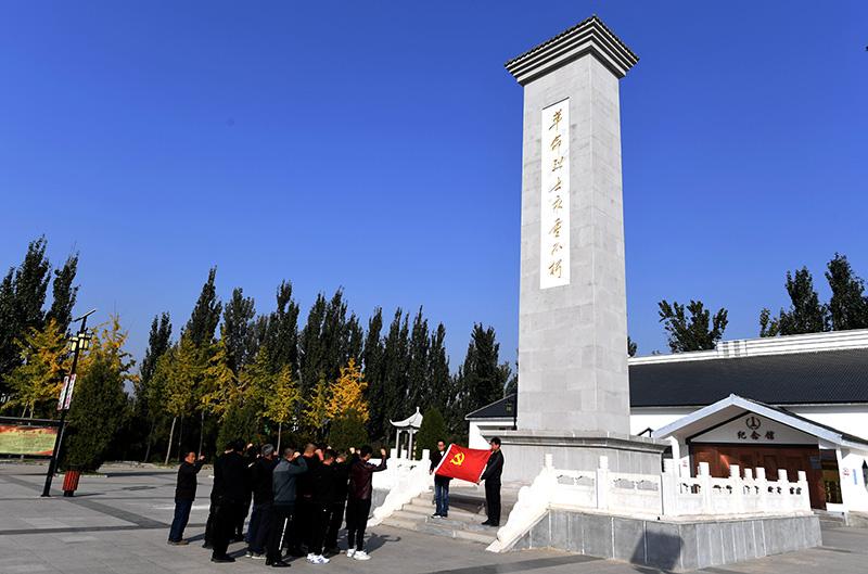 2019年10月30日,河北省固安县马庄镇党员在林子里烈士陵园重温入党誓词。新华社记者 王晓 摄