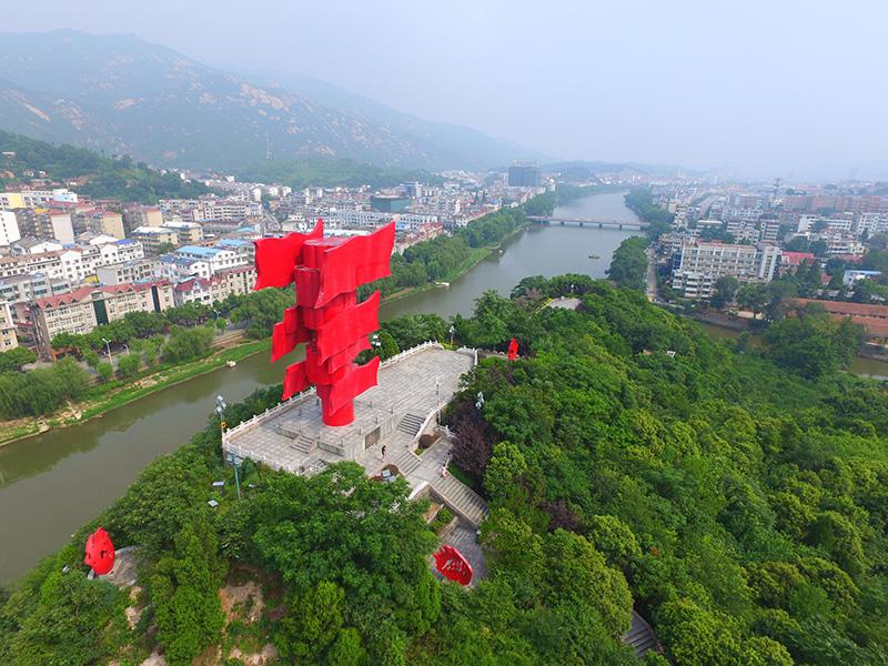 这是河南省信阳市新县鄂豫皖苏区首府革命博物馆附近的英雄山八面红旗雕塑(2017年8月4日无人机照片)。新华社记者 冯大鹏 摄