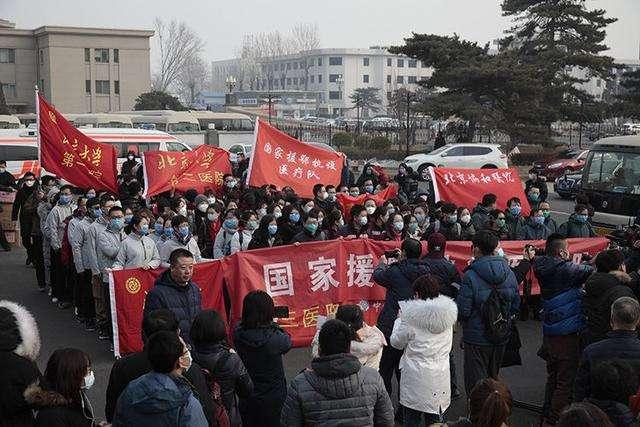 1月26日,由6家在京委屬委管醫院組建的一支121人編制國家援鄂抗疫醫療隊馳援武漢。