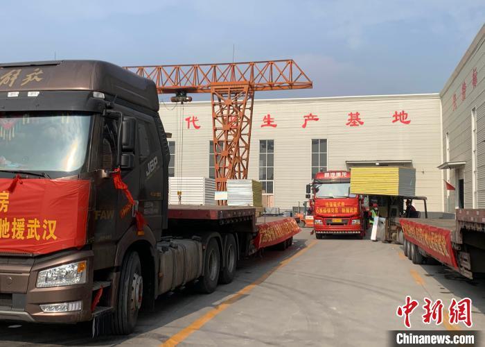 图为河北文安工业新区内准备发往武汉的箱式房车辆。 宋敏涛 摄