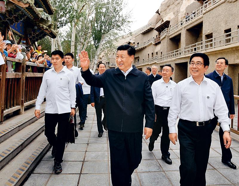 2019年8月19日至22日,中共中央总书记、国家主席、中央军委主席习近平在甘肃考察。这是19日下午,习近平在敦煌莫高窟考察调研时,向正在参观的游客亲切招手致意。 新华社记者 谢环驰/摄