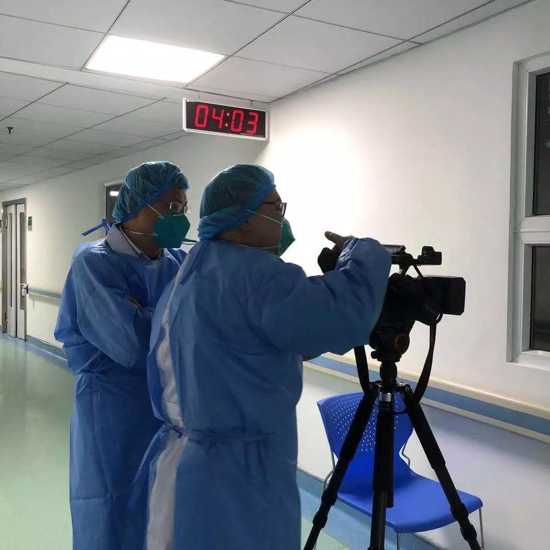 春节期间,记者蒋晓平和摄像苗毅萌在金银潭医院的病区,夜以继日记录着医护人员的工作。
