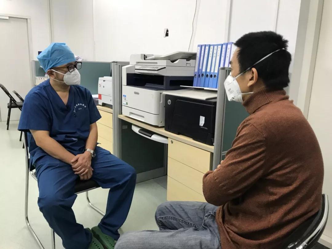 记者杨春在采访武汉市肺科医院重症监护室主任胡明