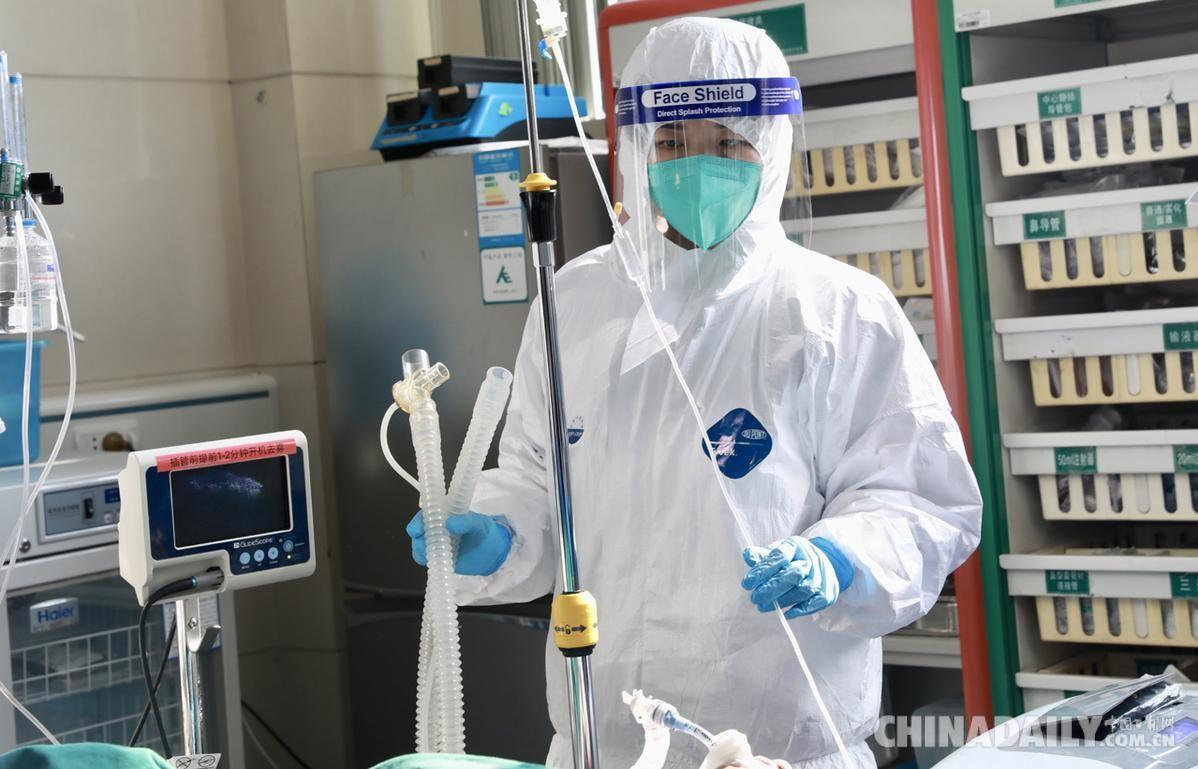 1月29日,在武汉大学中南医院急救中心,护士郭琴在观察患者病情。(高翔 摄)