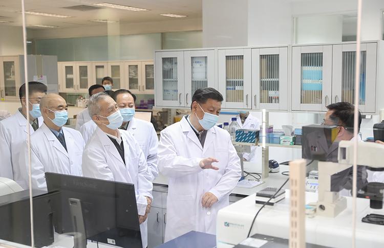 3月2日,習近平在北京考察新冠肺炎防控科研攻關工作。這是習近平在軍事醫學研究院重大疫情應急防控藥物研究室了解疫苗和抗體研制情況。