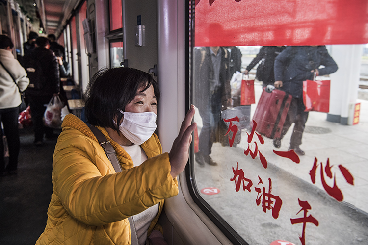 """3月5日,陜西省漢中市勉縣1400多名務工者在勉縣火車站,乘坐當地政府免費提供的""""定制火車"""",前往江蘇、上海。"""