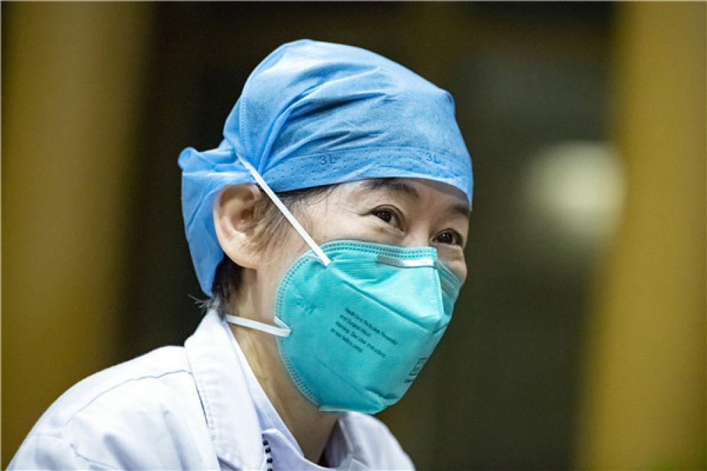"""""""疫情上报第一人""""张继先在湖北省中西医结合医院接受采访(3月2日摄)。新华社记者 沈伯韩 摄"""