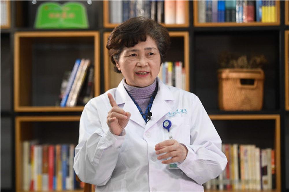 李兰娟院士在杭州接受记者采访(1月29日摄)。新华社记者 黄宗治 摄