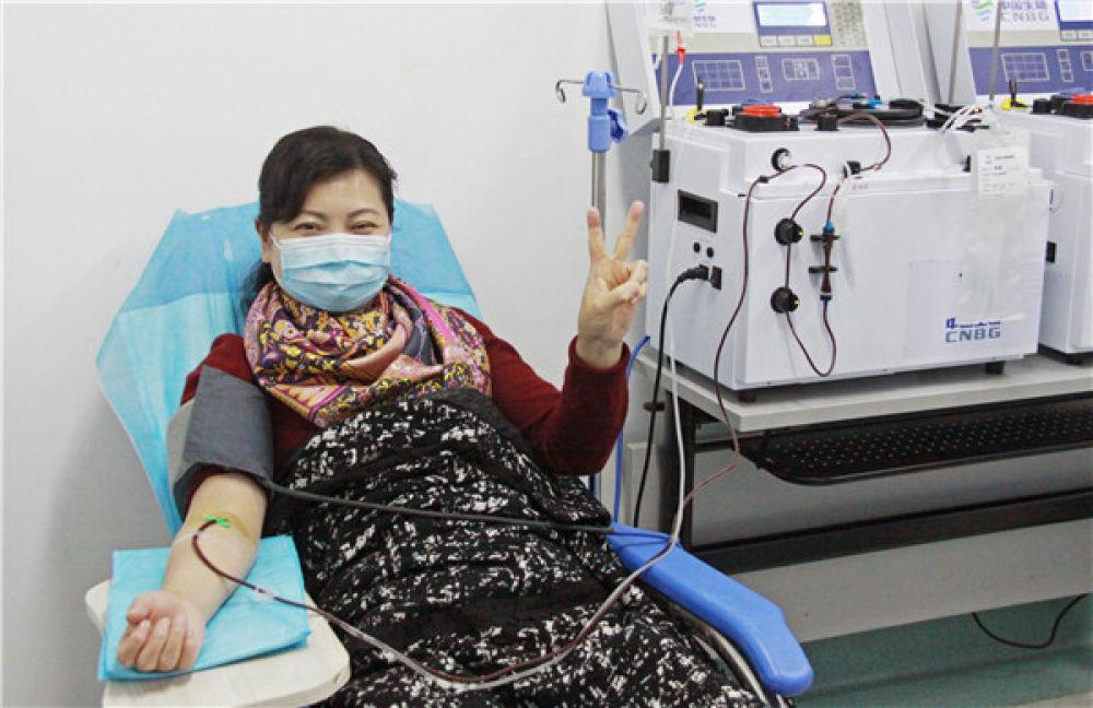 金银潭医院院长张定宇的妻子程琳在捐献血浆(2月18日摄)。新华社记者 才扬 摄
