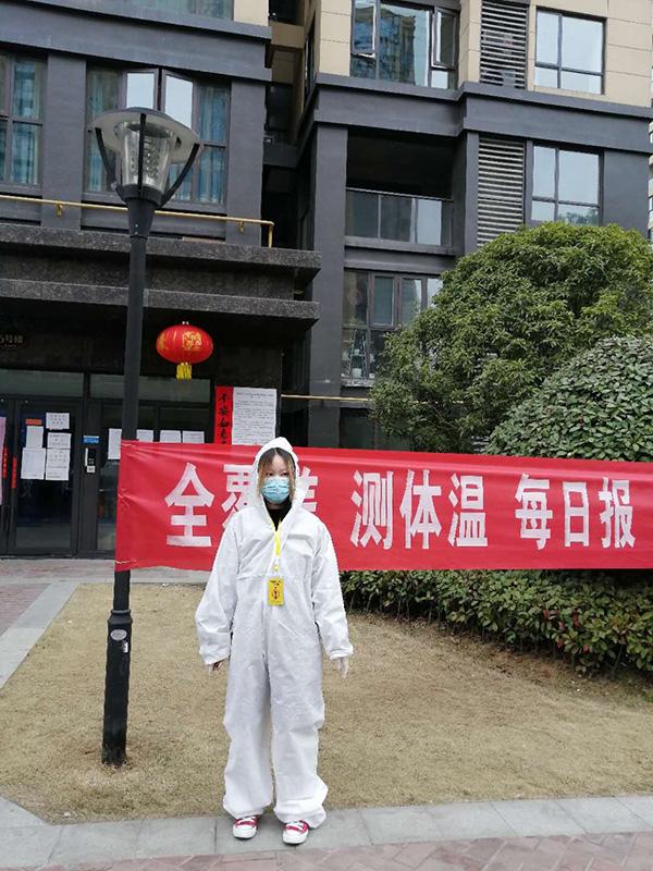 图文:付洪荣女儿范雨禾在楼栋前值守