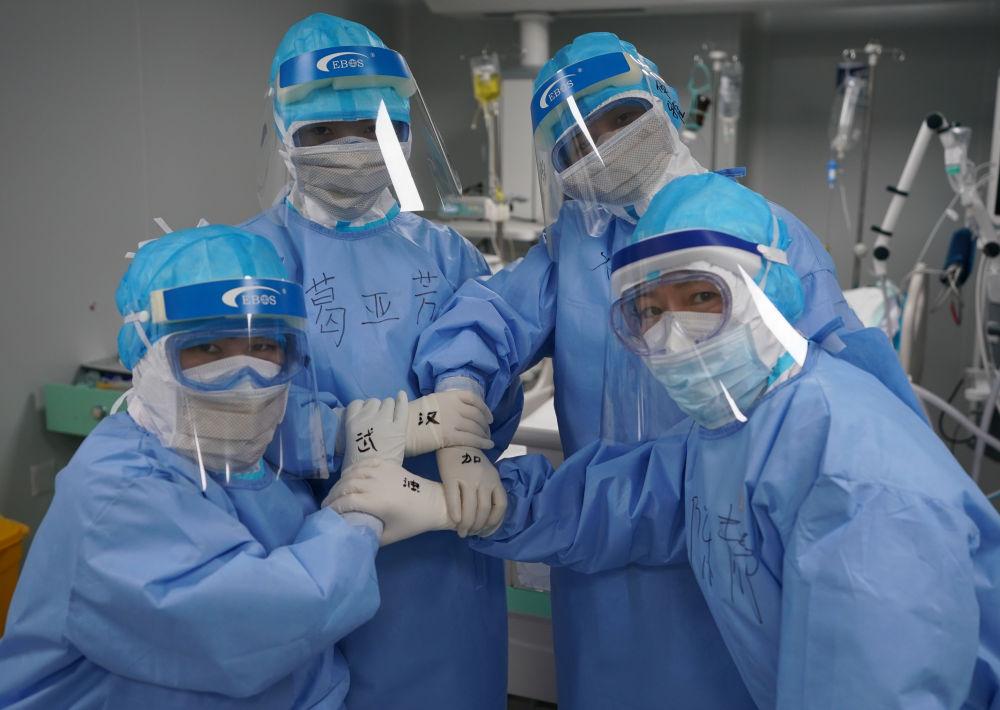 武汉火神山医院重症医学一科的护士们合影为武汉加油(3月20日摄)。新华社记者 王毓国 摄