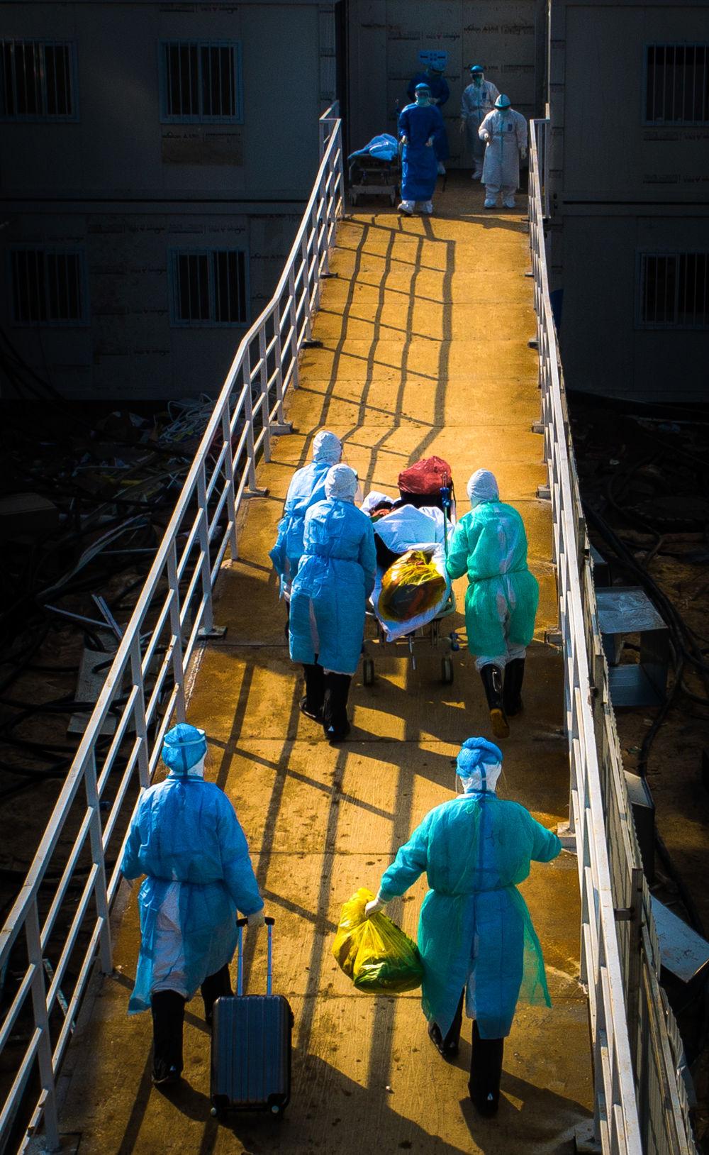 医护人员将患者转运至武汉火神山医院病房(2月4日摄,无人机照片)。新华社记者 肖艺九 摄