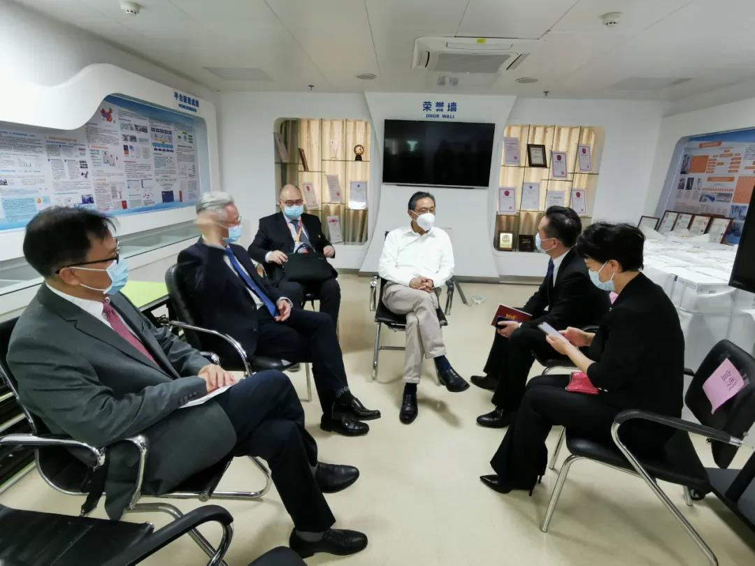 2月27日,钟南山院士与广州市新闻办负责同志商讨新闻通气会事宜