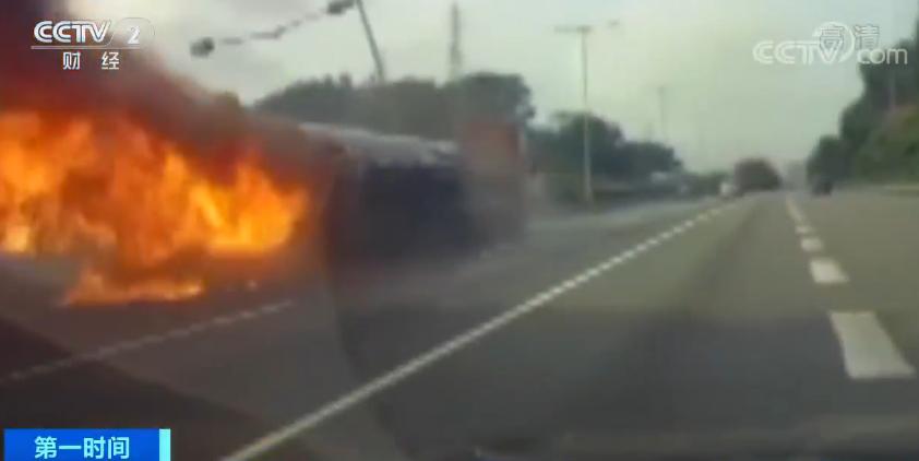 广深高速油罐车侧翻起火 监控视频让人愤怒:司机一路聊天抽烟嗑瓜子