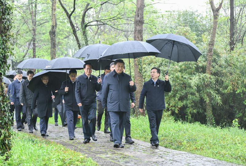 3月29日至4月1日,中共中央总书记、国家主席、中央军委主席习近平在浙江考察。这是3月31日,习近平在杭州西溪国家湿地公园察看湿地保护利用情况。