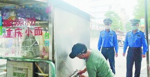 執法人員勸離流動攤販