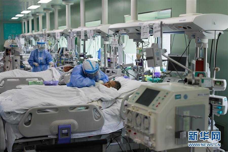 4月24日,在位于武汉的华中科技大学同济医学院附属协和医院西院,医务人员在护理核酸检测结果转阴的新冠肺炎病人。当日,湖北省及武汉市所有新冠肺炎重症病例实现清零。 新华社记者 沈伯韩 摄