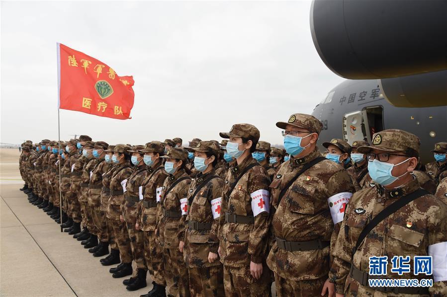 2月13日,一批增援武汉的军队医护人员抵达武汉天河机场。 新华社记者 黎云 摄