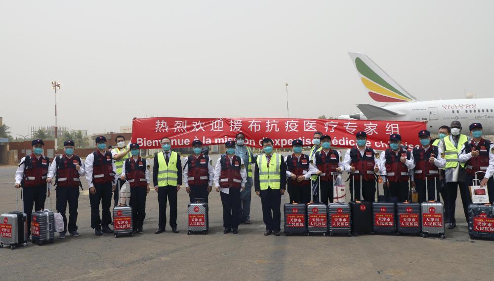 4月16日,在布基纳法索首都瓦加杜古,中国政府派遣的抗疫医疗专家组成员在机场留影。新华社发