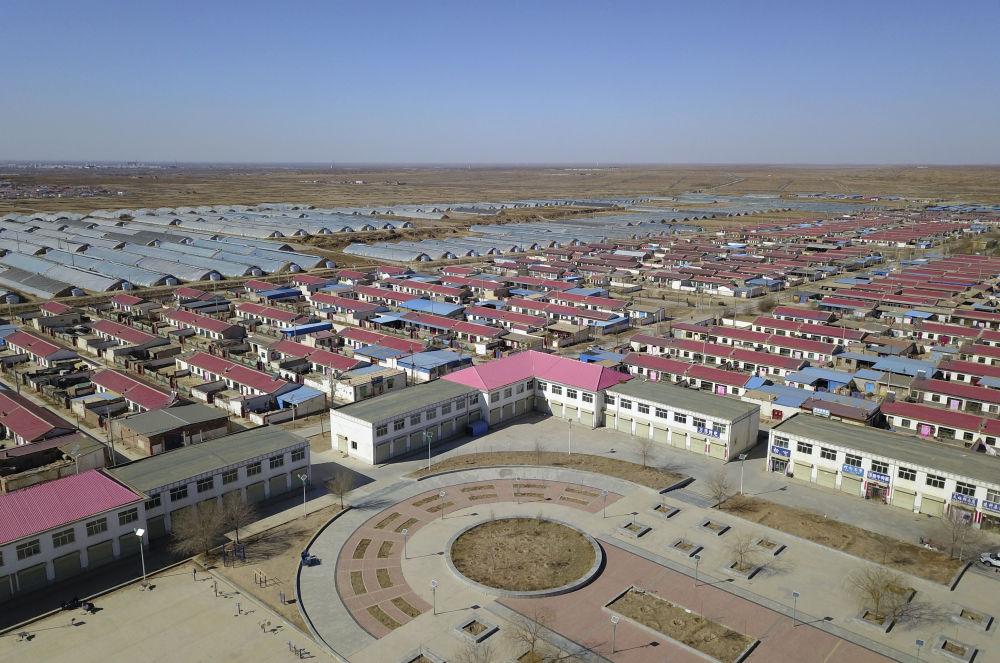 这是群众易地扶贫搬迁入住的甘肃省古浪县黄花滩生态移民区感恩新村(3月10日摄,无人机照片)。新华社记者 范培珅 摄