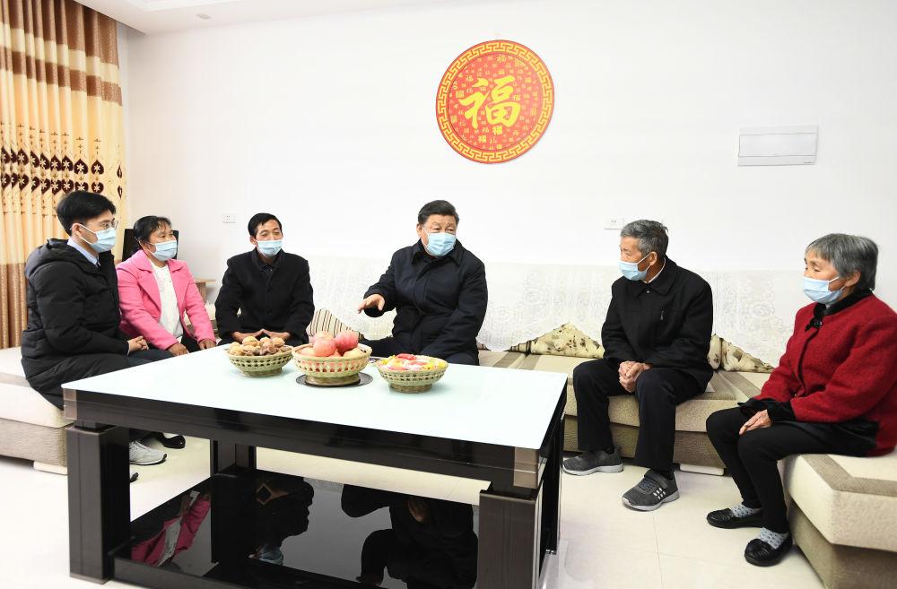 4月21日,习近平在陕西省平利县考察脱贫攻坚情况。新华社记者 谢环驰 摄