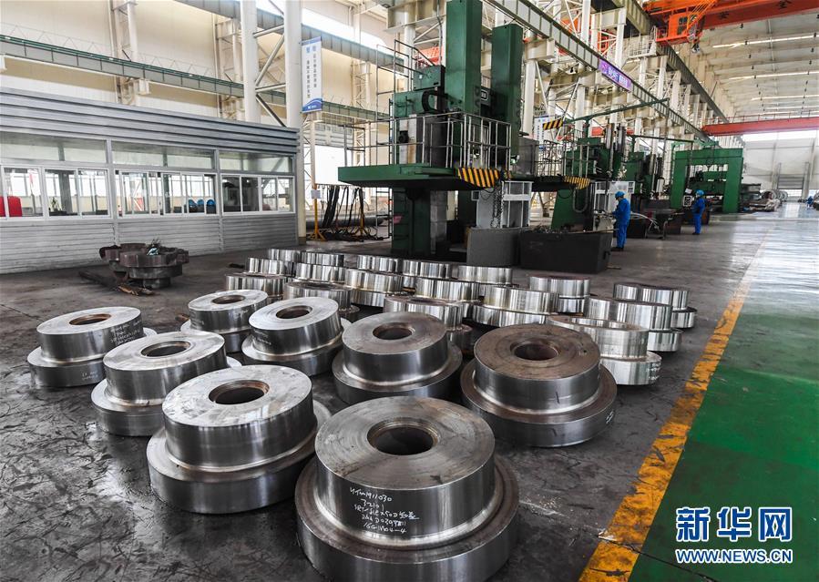 2月16日,在位于浙江省杭州市余杭区塘栖镇的宝鼎科技股份有限公司内,工人进行生产作业。 新华社记者 徐昱 摄