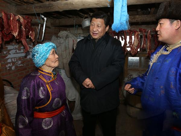 2014年1月27日,正在內蒙古考察的習近平總書記來到81歲的牧民瑪吉格家,在蒙古包中同一家人圍坐在一起拉家常。(圖片來源:新華網)
