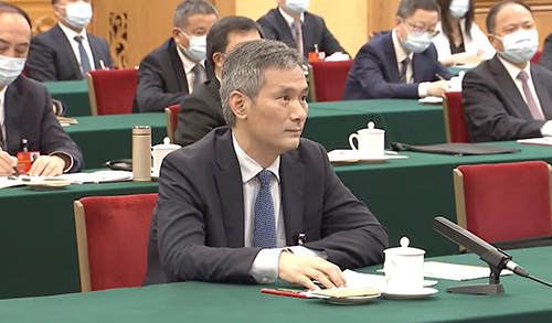 全国人大代表,湖北省十堰市太和医院党委书记、院长罗杰向总书记做汇报。