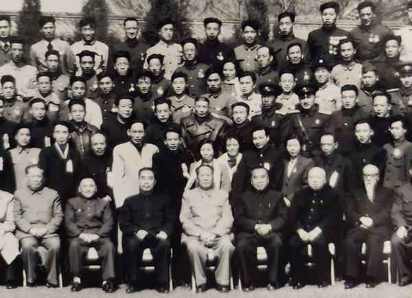 丝瓜成版人性视频app1957年4月4日,毛泽东、周恩来、朱德、邓小平等党和国家领导人接见1949年至1955年优秀影片获奖者代表和出席中国电影工作者联谊会成立大会代表。毛泽东身后代表为张建珍。